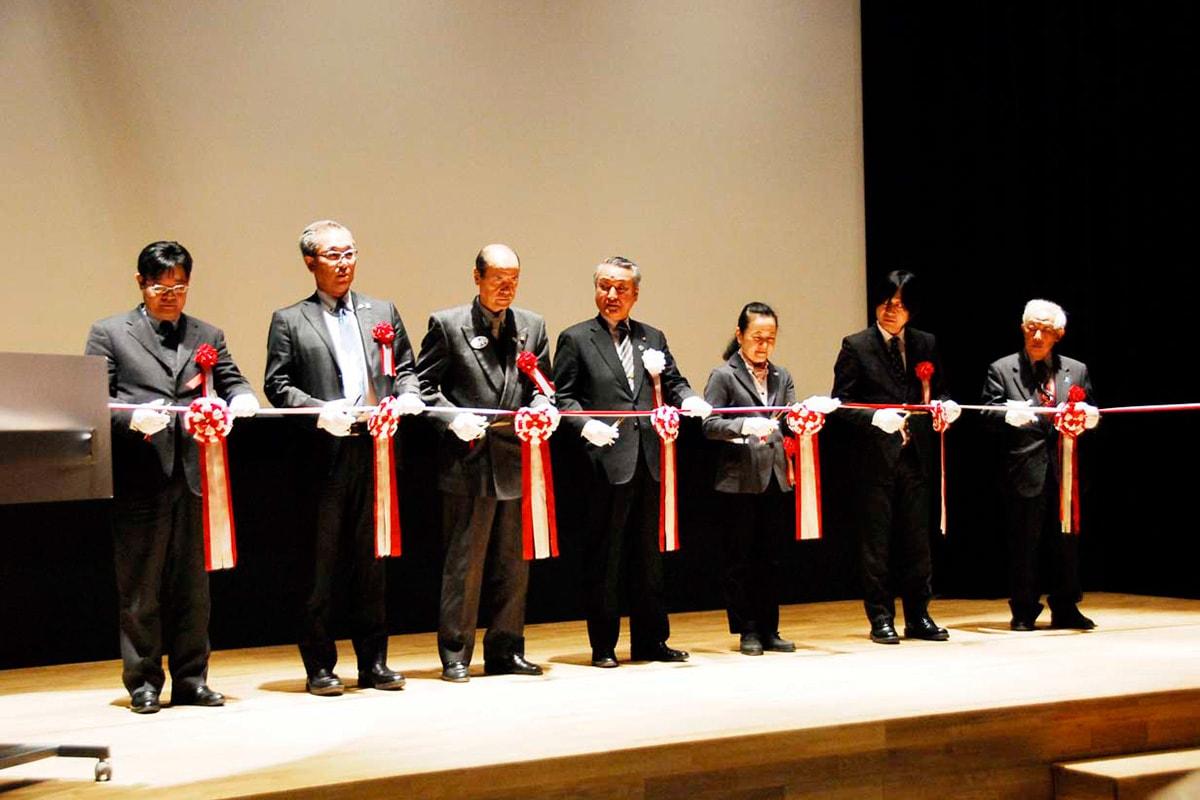 にぎわい創出の拠点となる釜石情報交流センターのオープンをテープカットで祝う野田武則市長(中央)ら