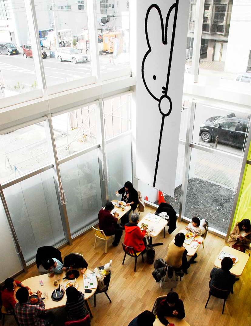2階ラウンジから望むミッフィーカフェ。ガラス張りで目抜き通りが見える