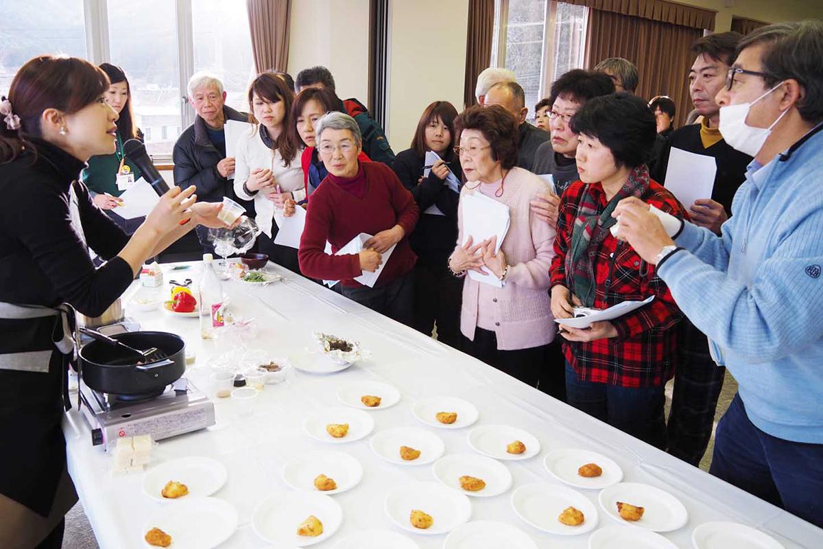 キクイモを使った料理を紹介する千葉星子さん