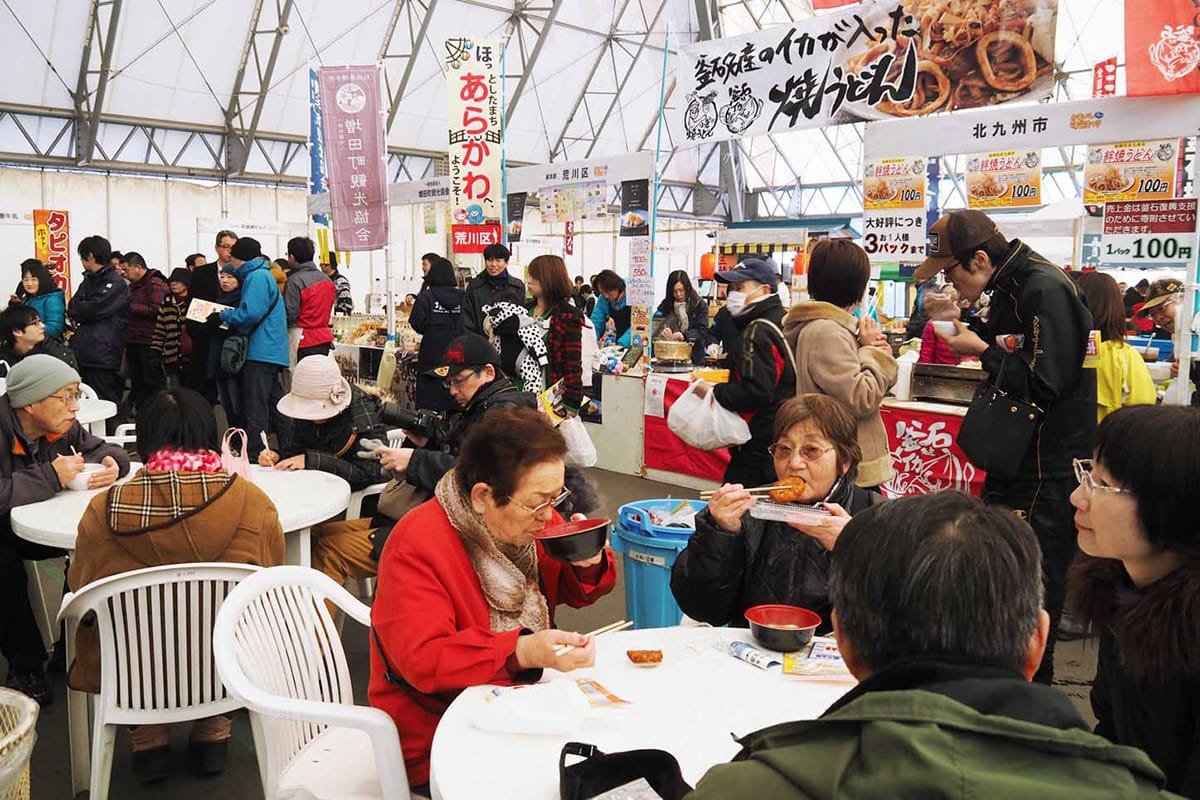 県内外の特産品が集まった冬の味覚まつり。おいしいものを求める人でにぎわった