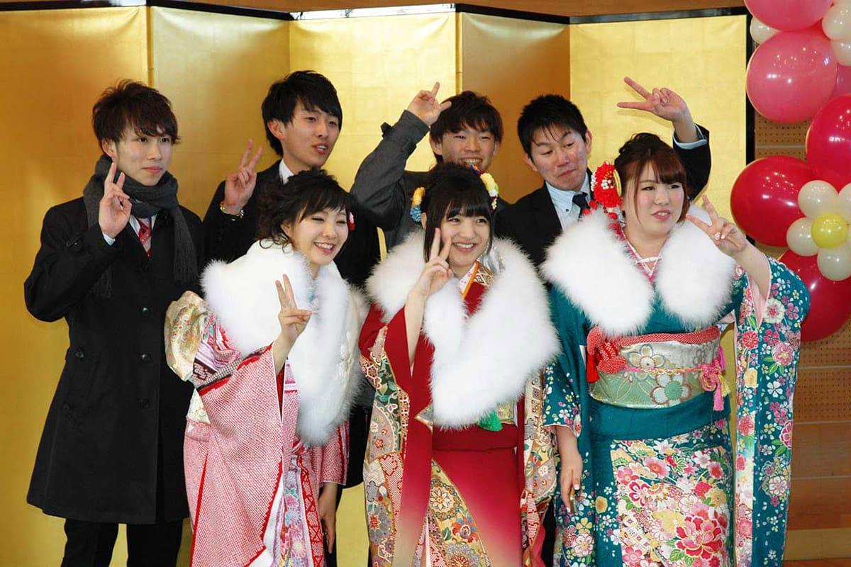記念撮影で弾ける笑顔を輝かせるグループ