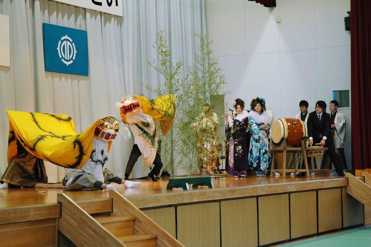 釜石の伝統芸能「虎舞」で式典を盛り上げた新成人有志