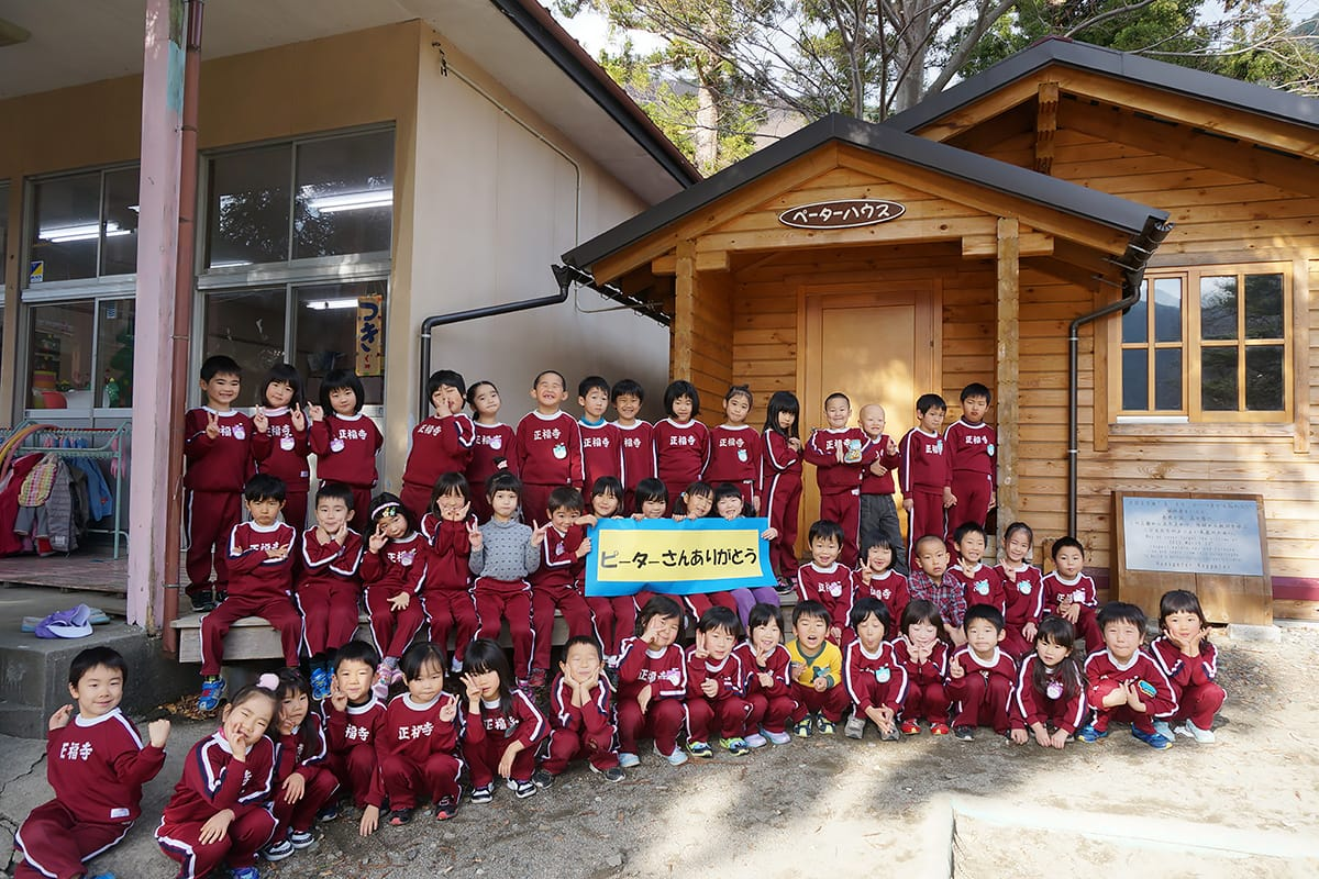 園舎改築に伴う移設を前に、ログハウスに感謝する正福寺幼稚園の園児ら