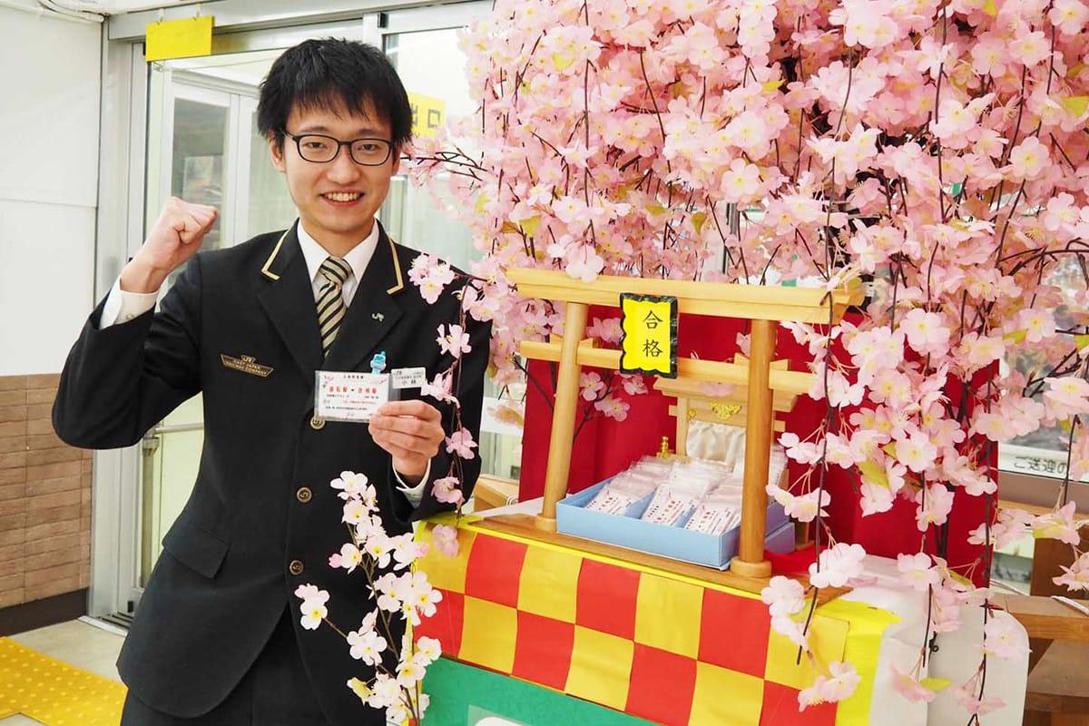 受験のお守りにと、釜石駅で配布している「すべらせない砂」