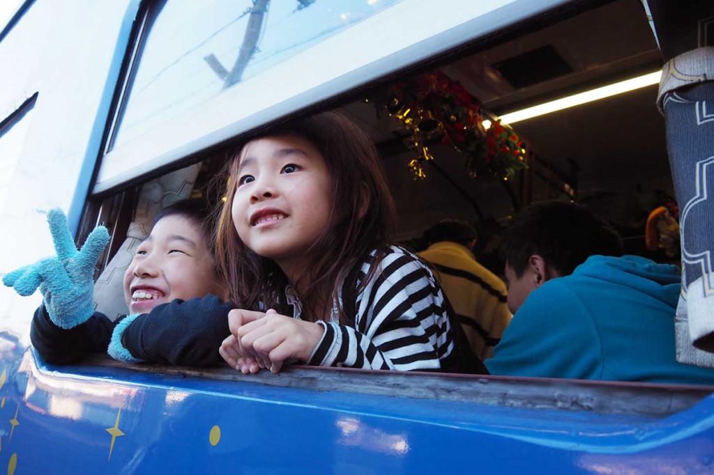 「いつもとは違うクリスマスイブ」と、これから始まる列車の旅にうきうき顔の子どもたち