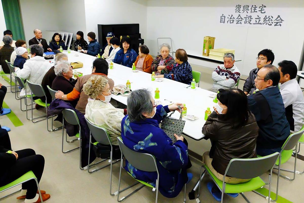 設立総会に続き交流を深める上中島2期復興住宅の住民ら