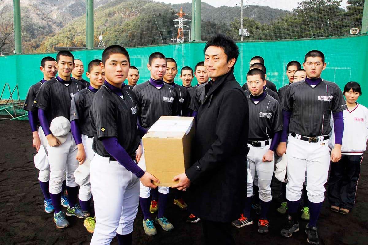 菊池主将に練習球を贈る前田さん