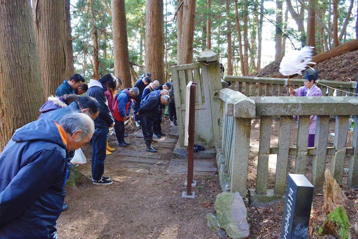 尾崎神社「奥の院」の修復を祝う関係者