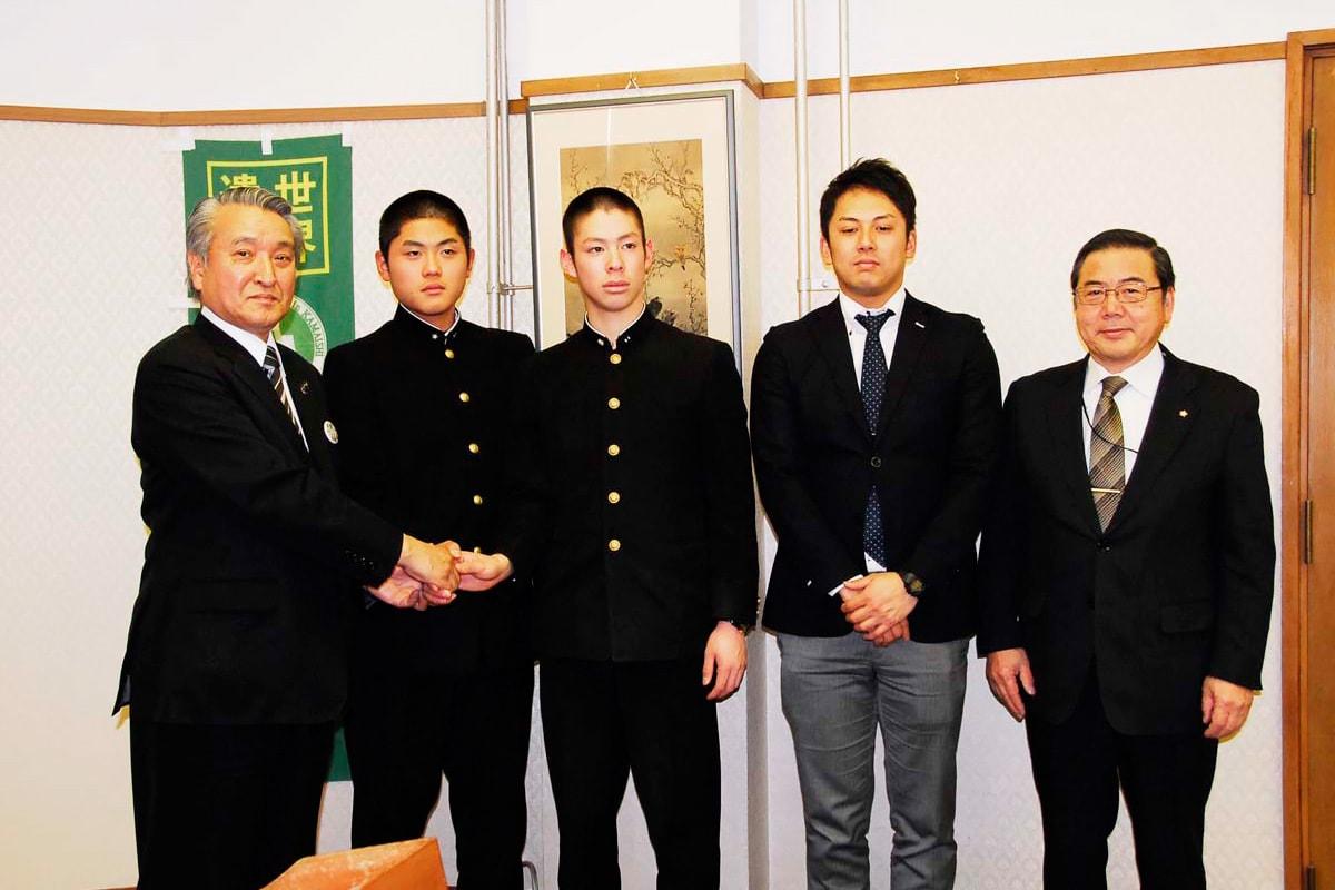 センバツ出場決定を野田市長に報告する釜石高野球部の菊池主将、岩間投手ら