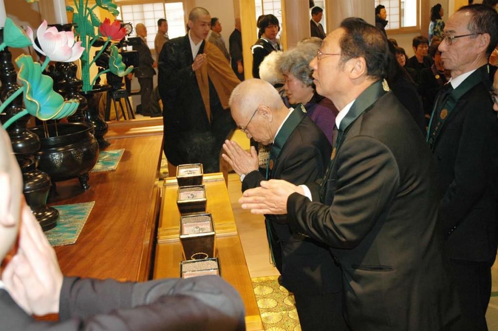 震災犠牲者に思いを寄せ、鎮魂と一日も早い地域の復興を祈る追悼供養法要の参列者