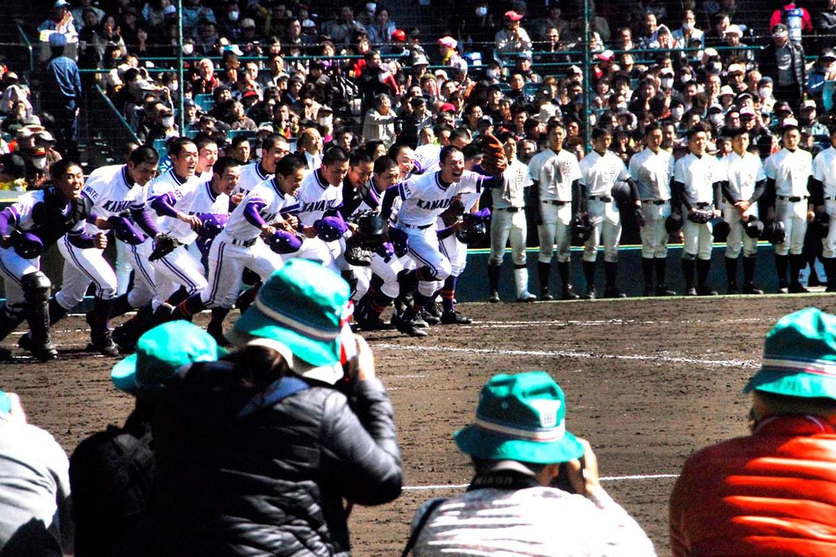 一塁側の応援スタンドに駆け寄る釜石高ナイン