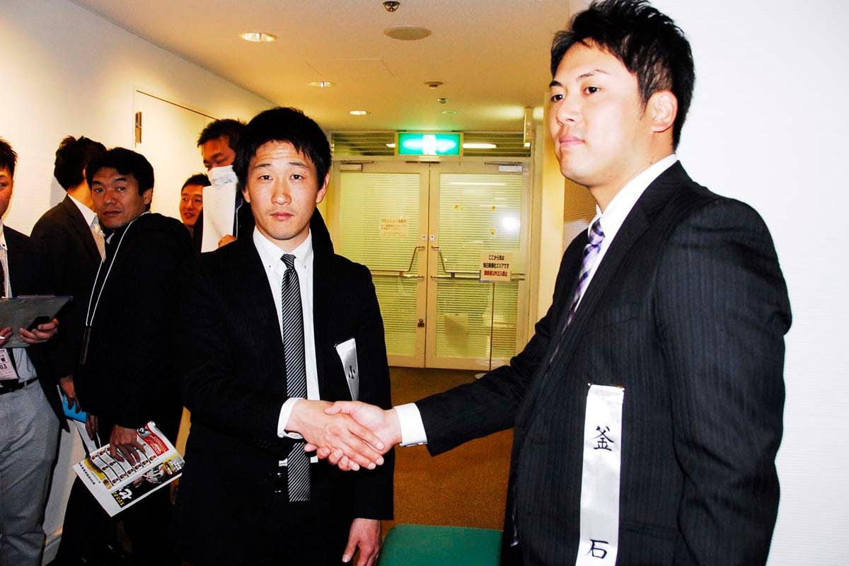 釜石の佐々木偉彦監督(右)と小豆島の杉吉勇輝監督も握手