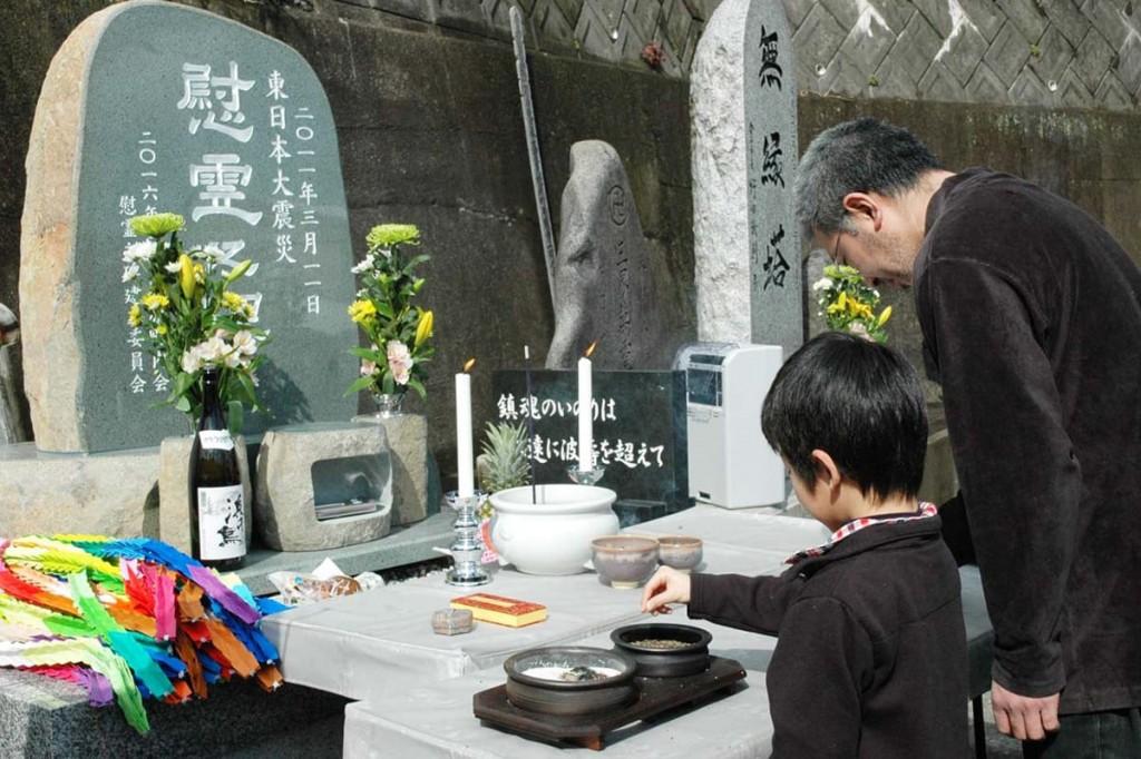 慰霊碑の前で焼香し静かに手を合わせた