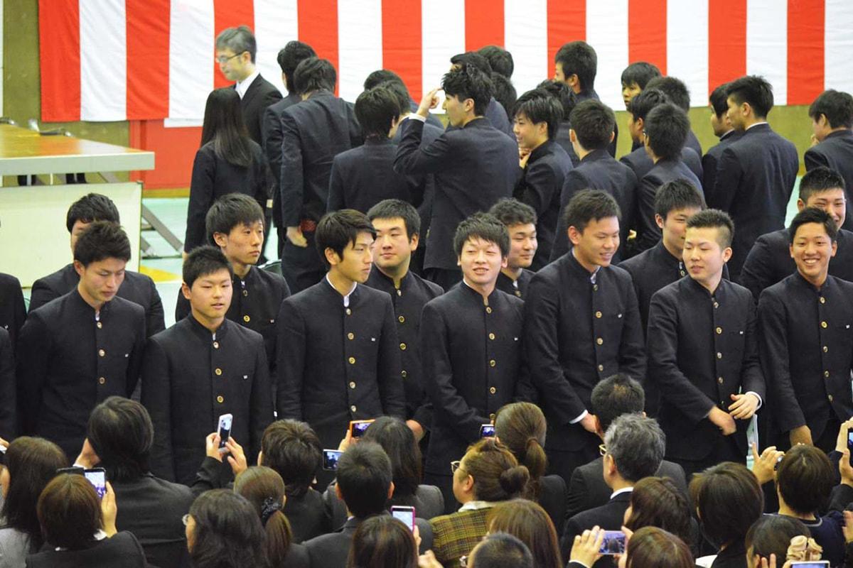 保護者に感謝の気持ちを伝える釜石商工高の卒業生