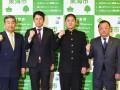 東海市の鈴木淳雄市長(左)を表敬訪問した釜石高野球部の佐々木偉彦監督と菊池智哉主将