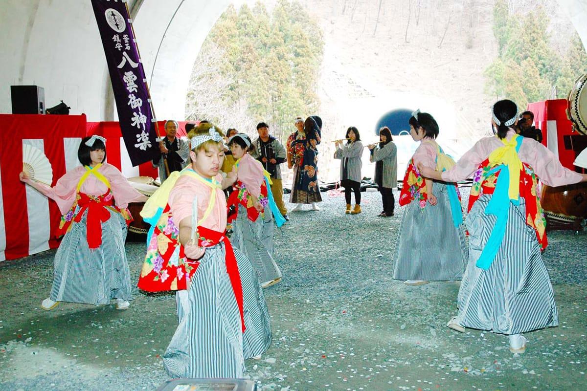 トンネル完成式を地元の伝統芸能で盛り上げた「八雲神楽」