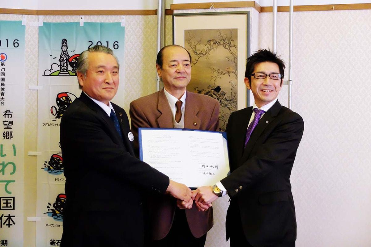 提供協定を交わした野田市長と大和リース岩手支店の池田支店長(右)