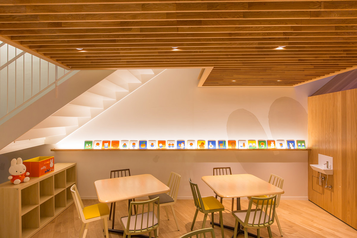 壁に並べられたディック・ブルーナの絵本