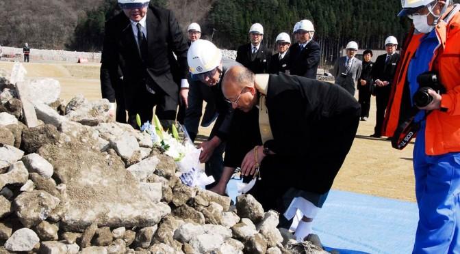 鵜住居地区防災センターを解体したコンクリート片に手で触り、犠牲者に思いを寄せる遺族ら