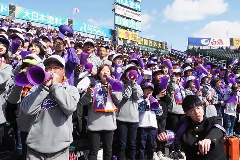 序盤の失点にも、同点、逆転を祈って声を振り絞る釜石応援団の家族席=二回裏