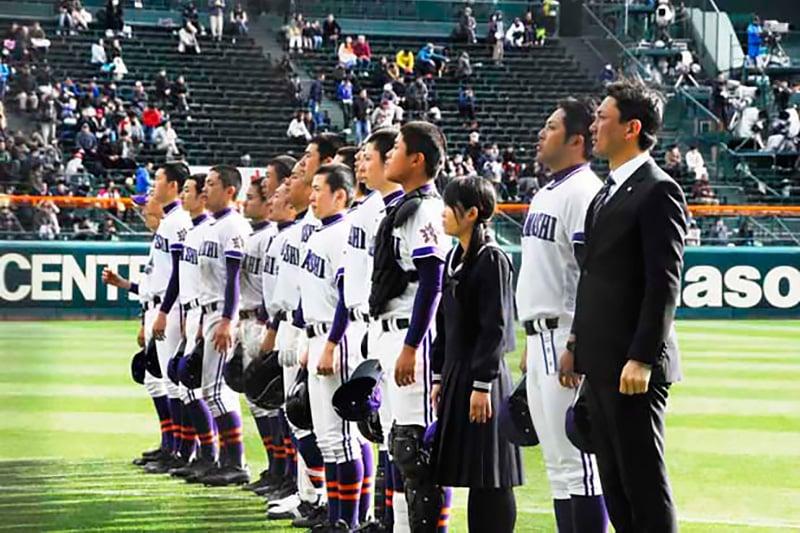 三塁側の応援スタンド前に整列し感謝する釜石高ナイン