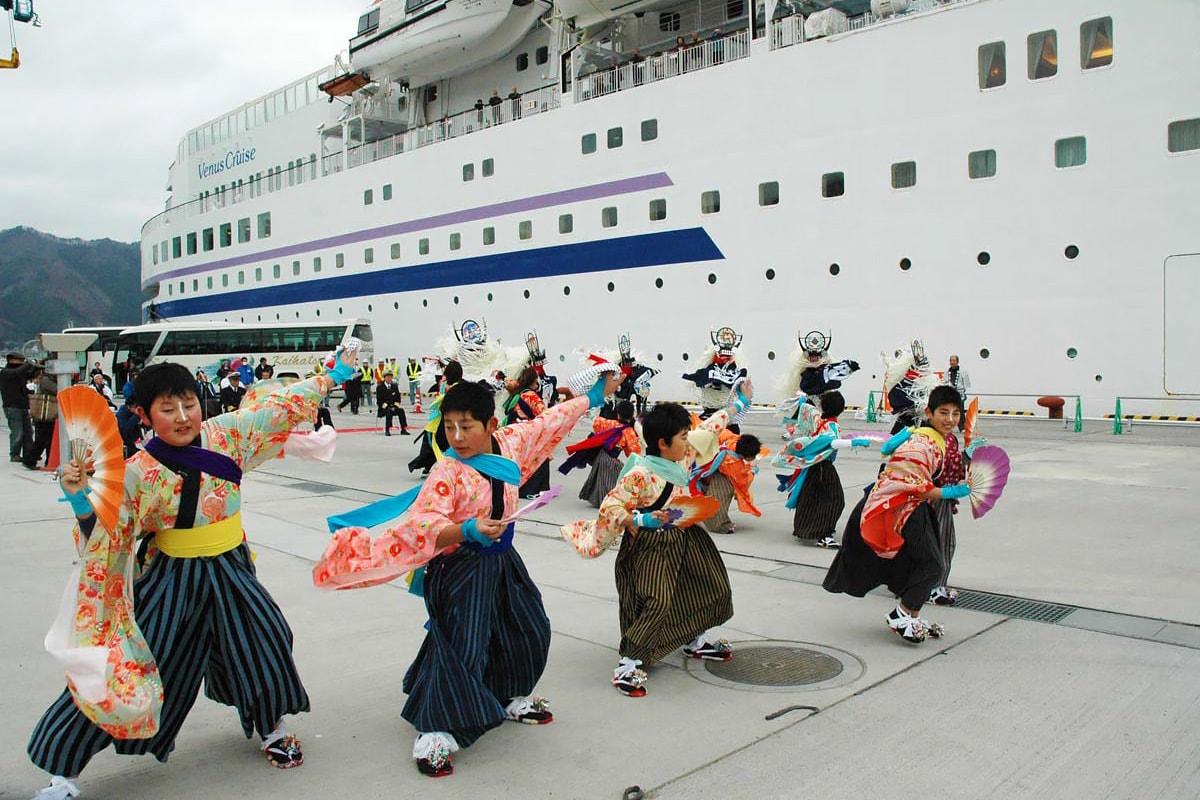「ようこそ鉄のまち釜石へ」。ぱしふぃっくびいなすの入港を歓迎した「橋野鹿踊り保存会」のメンバー
