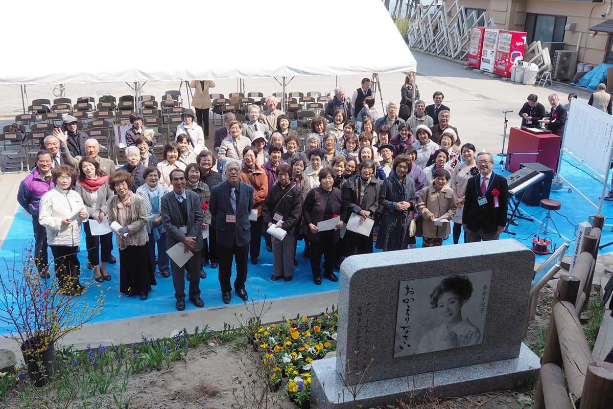 根浜海岸に建立された島倉千代子さんの「おかえりなさい」の歌碑