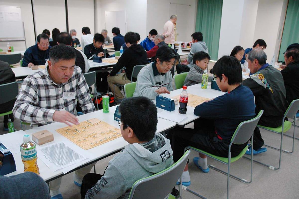 幅広い年代の愛好者が対局し交流を深めた市長杯争奪将棋大会
