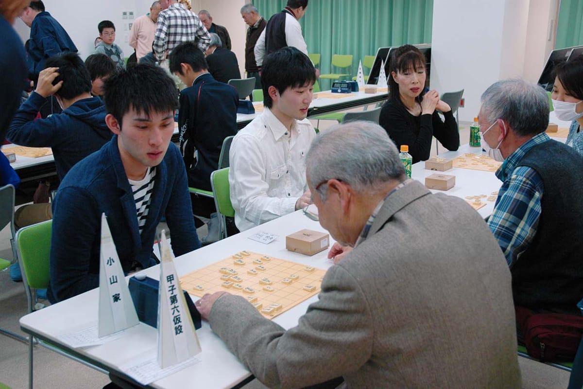 家族と地元大会を楽しむ昨年のアマ名人・小山怜央さん(左)