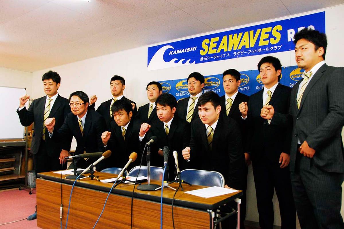 トップリーグ昇格への貢献を誓う新規加入選手ら=30日、釜石SWクラブハウス