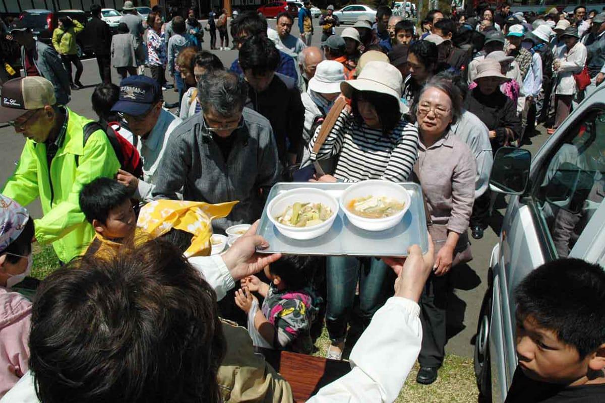 祭り恒例、橋野の女性たち手作りの豚汁を求め並ぶ人たち