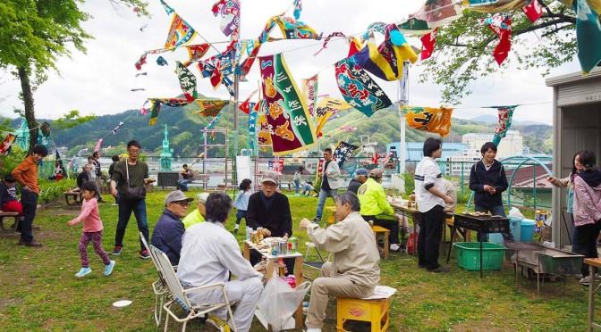 色とりどりの大漁旗の下で交流を楽しむ地域住民ら