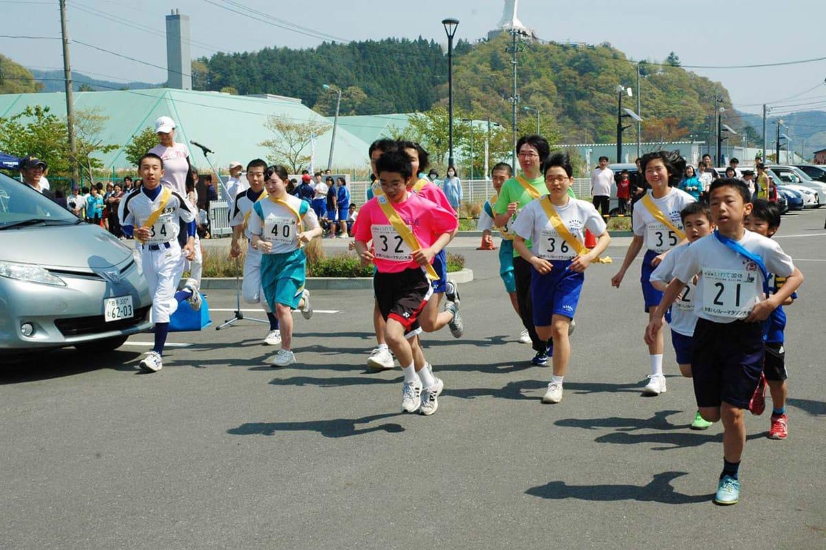 小・中学生が参加した10キロの部のスタート