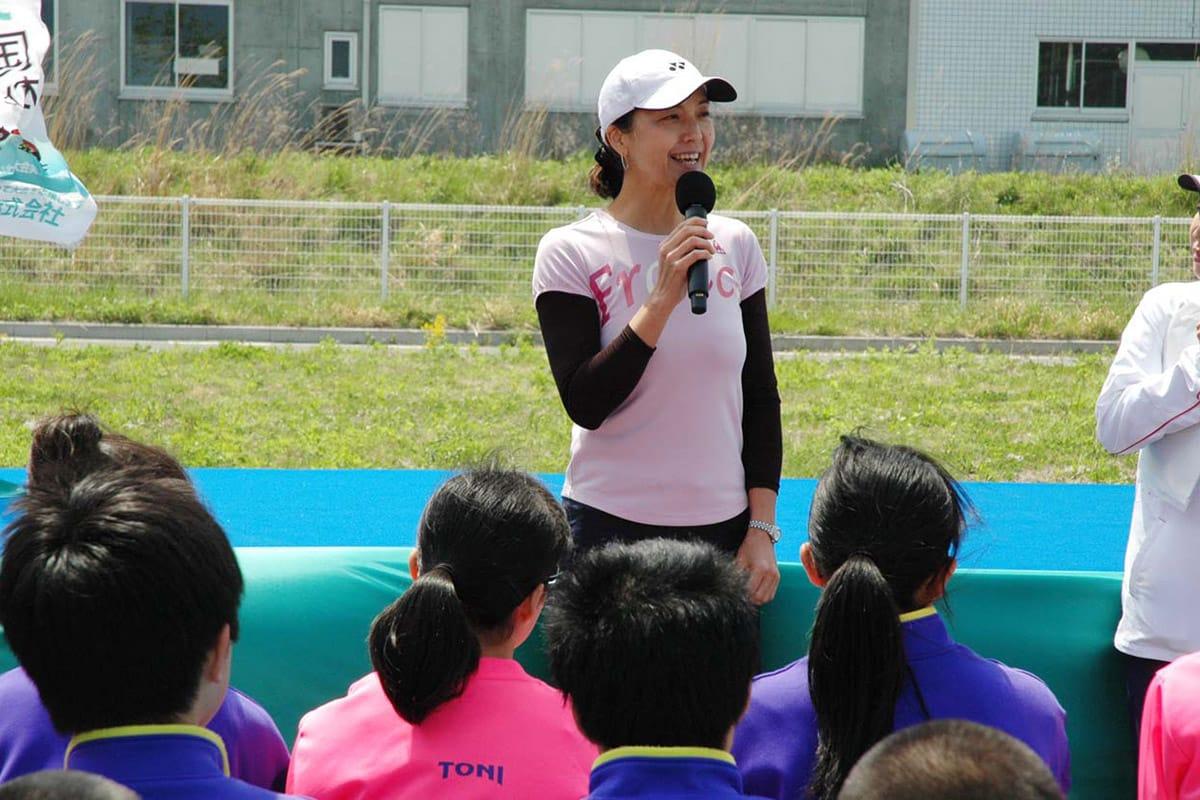 子どもたちに自分の経験を話す長崎宏子さん