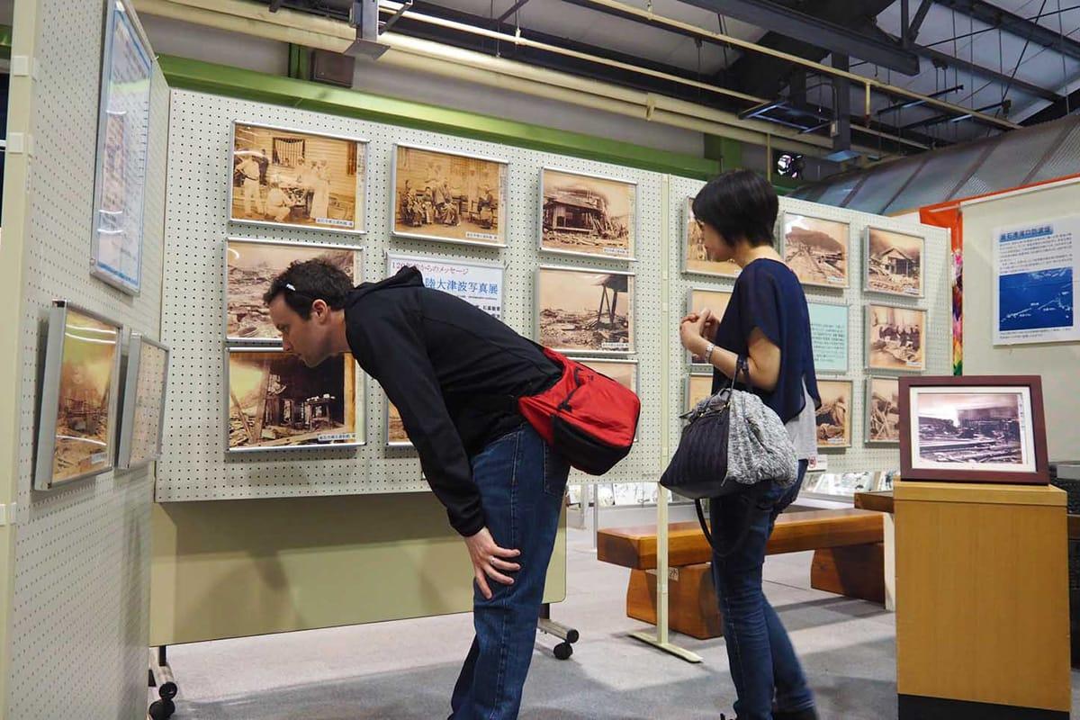 120年前の津波被害や人々の様子をとらえた写真が並ぶ