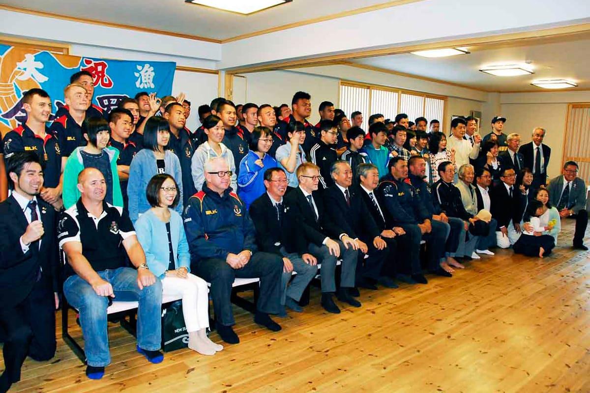 釜石市民らと記念撮影するロトルアボーイズ高の選手団