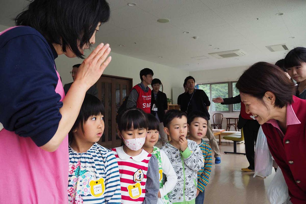 土砂災害を想定した訓練で老人ホームに避難した園児ら