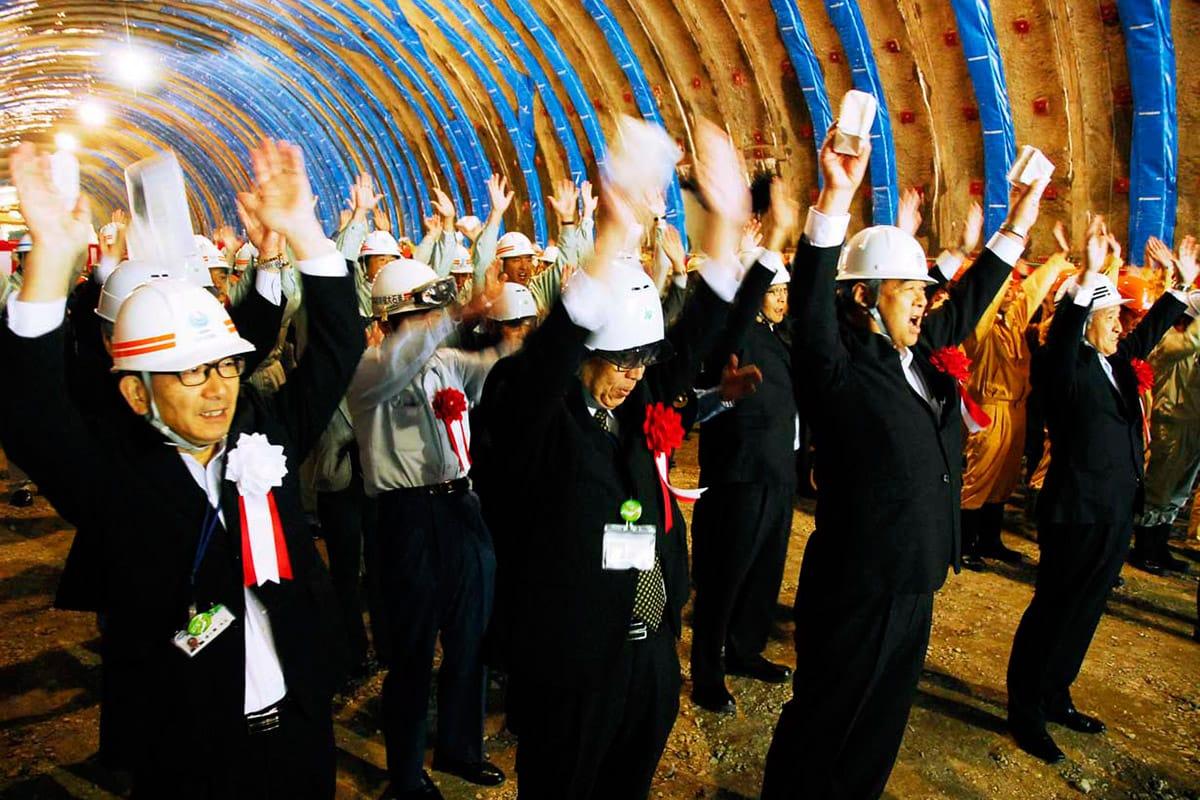 万歳三唱で荒川トンネルの貫通を祝う関係者