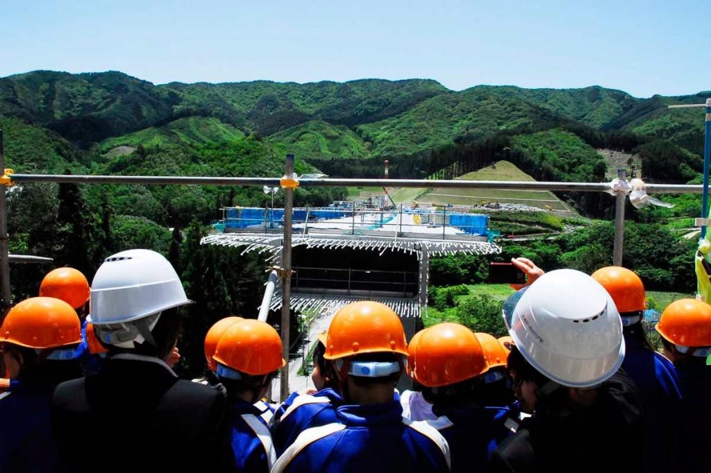 大船渡方面の坑口から、建設中の唐丹第1高架橋を望む