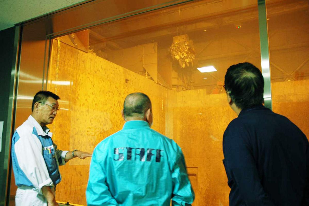 遠隔操作のクレーンでごみを溶融炉に投入する作業を見学