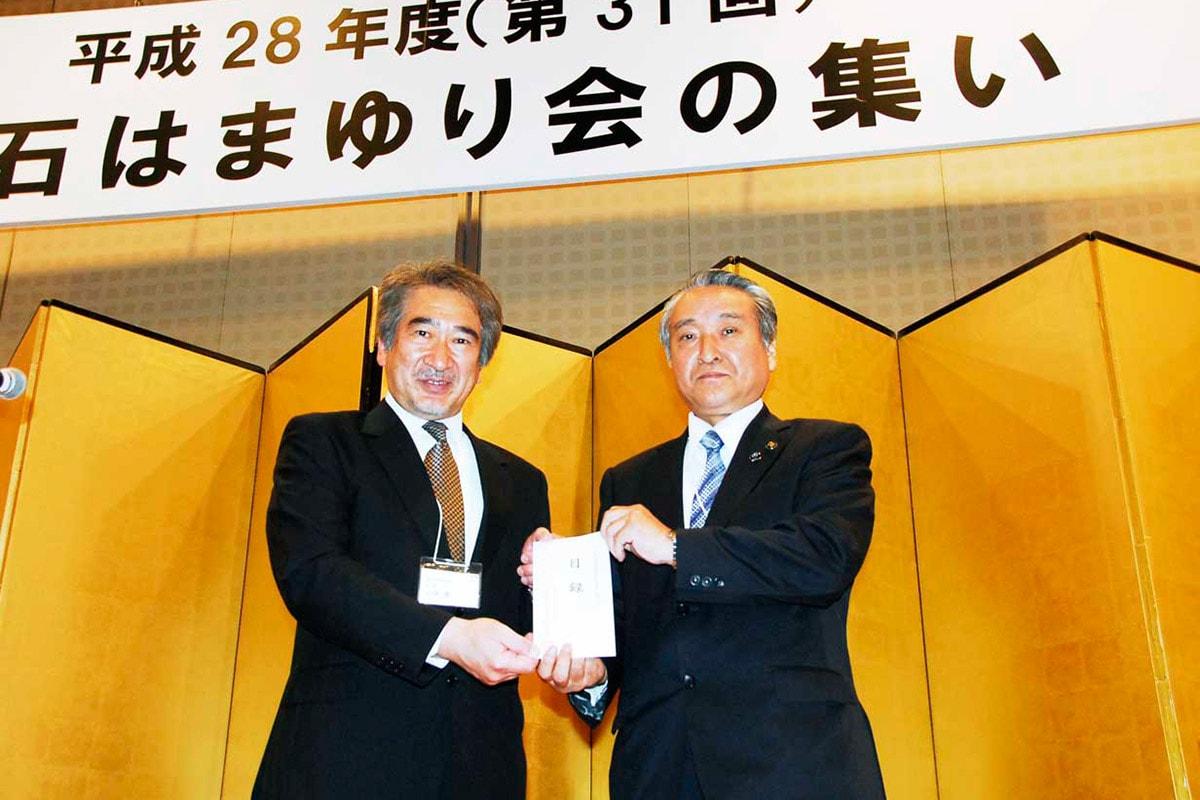 野田武則市長に支援金を手渡す石森寛会長(左)