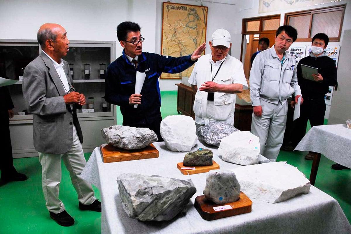 展示内容を確認する釜石鉱山事務所活用検討委の委員ら