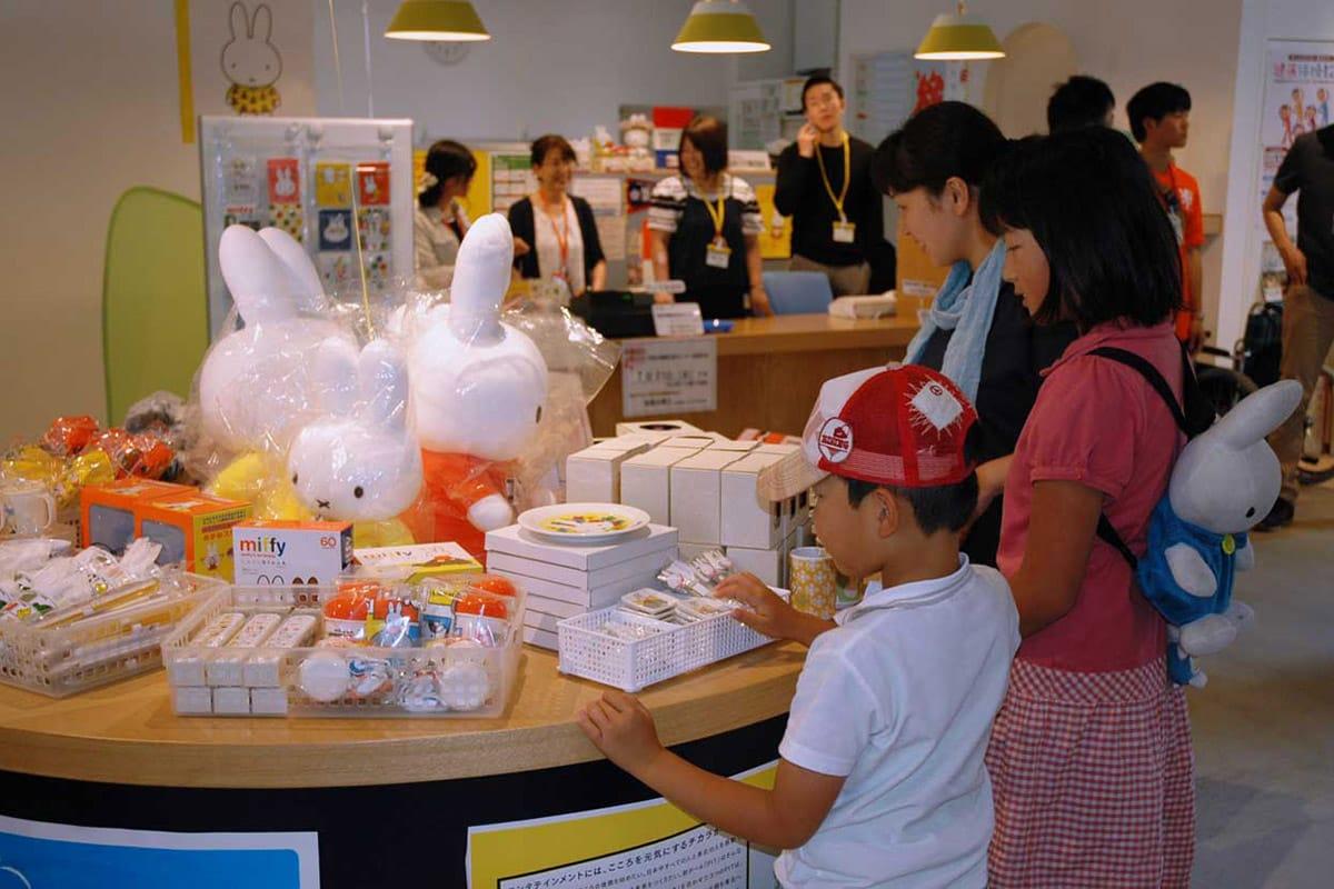 フェアに合わせて新商品が並ぶミッフィーグッズの販売
