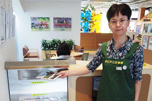 釜石情報交流センター内に設置された市立図書館の図書返却ポスト