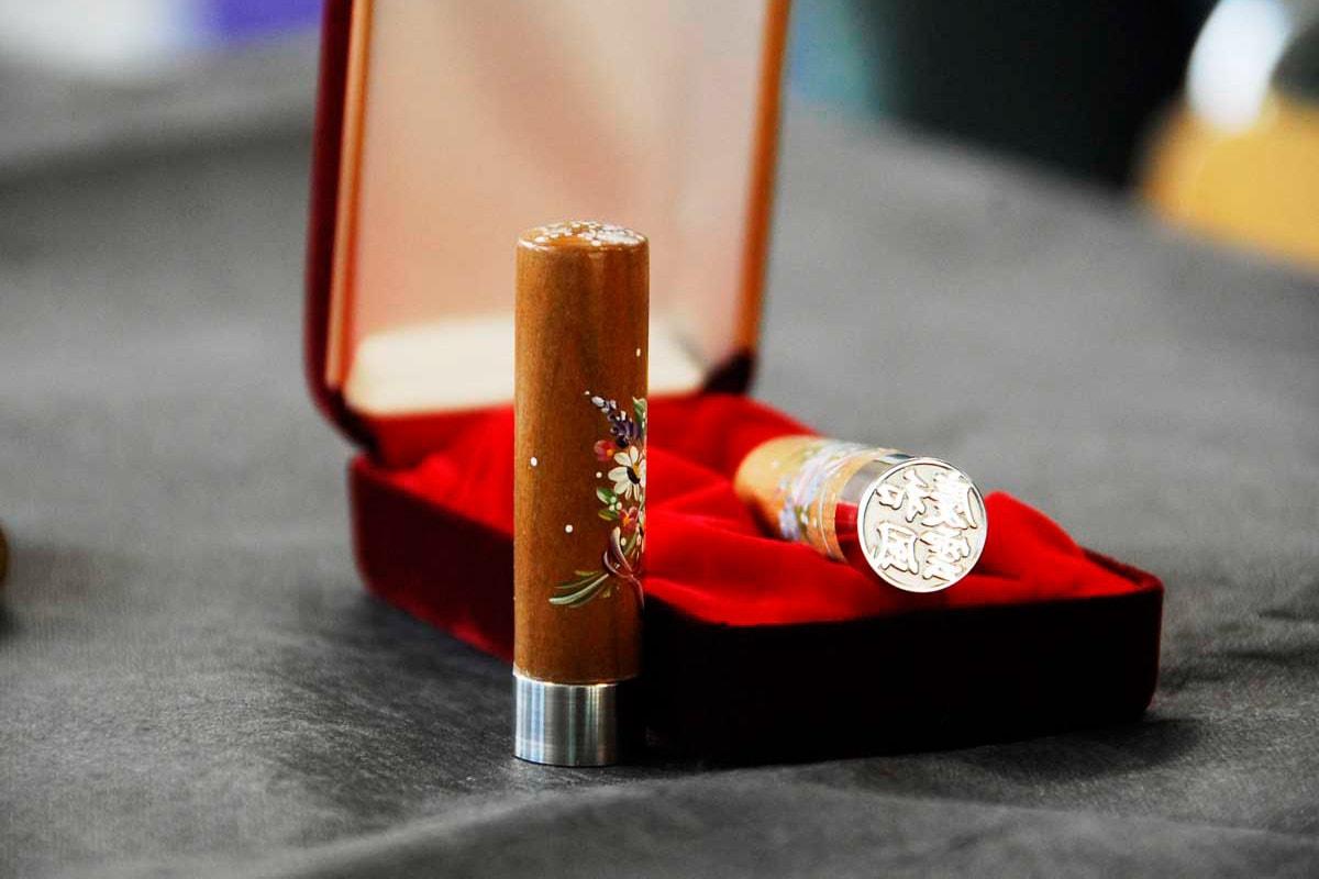 合金コバリオンと木材オノオレカンバを組み合わせて製品化した印鑑「夢結歩」