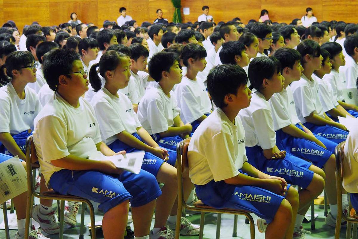 釜石艦砲射撃など戦時中の歴史を知る講演会で釜石中の生徒は真剣な表情で聞き入った