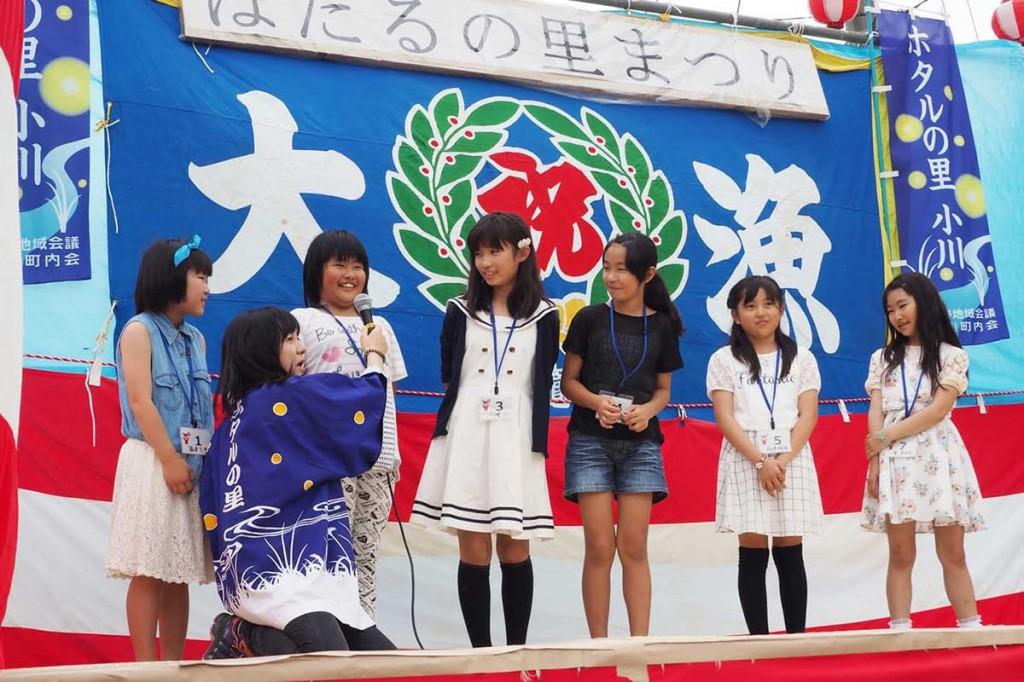 ほたる娘コンテストでアピールする小佐野小の女子児童