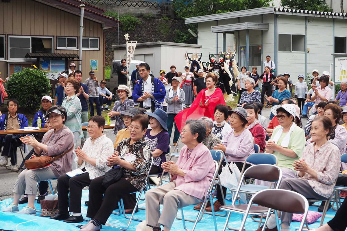 歌ったり、踊ったり。集まった住民らは一体となって祭りを楽しんだ