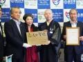 「恋人の聖地」の銘板を掲げる野田市長、釜石応援ふるさと大使の藤原さん、石応禅寺の都築住職