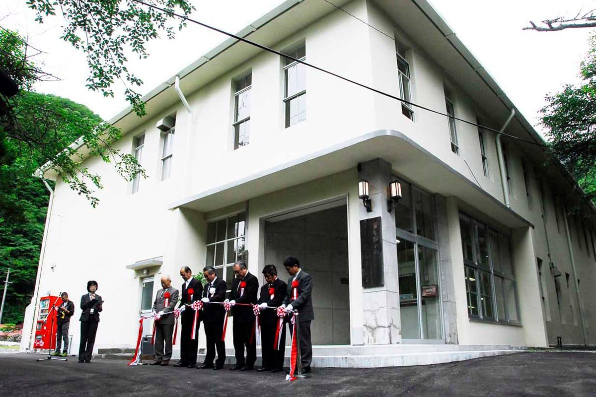 テープカットで旧釜石鉱山事務所のリニューアルオープンを祝う関係者
